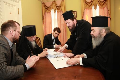 Митроплит Элассонский Василий (крайний справа) и епископ Салонский Антоний (второй справа) показывают отчетную документацию о расходовании Элладской Церковью пожертвований в помощь нуждающимся, которые были собраны Русской Православной Церковью