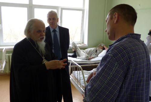 Епископ Пантелеимон общается с пациентами инфекционной клинической больницы №2