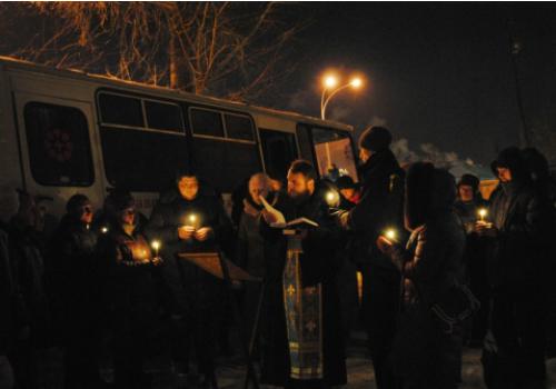 Молебен совершает духовник службы помощи бездомным православной службы милосердия Екатеринбургской епархии иерей Владимир Первушин