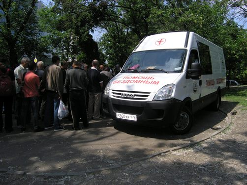 Награждение проходило в сквере рядом с Курским вокзалом, где регулярно работают московские социальные работники и волонтеры