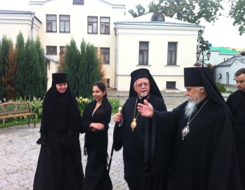 Председатель Синодального отдела по благотворительности епископ Пантелеимон (справа) рассказывает про Марфо-Мариинскую обитель митрополиту Антонию