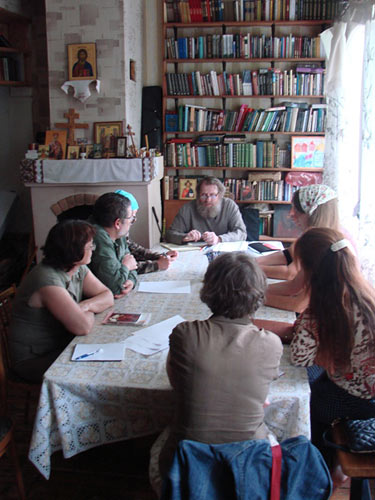 Иерей Владимир Климзо (по центру) на встрече с добровольцами летнего лагеря