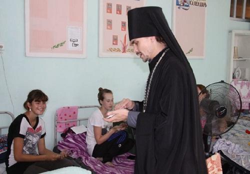 Духовенство Биробиджанской епархии в пунктах временного размещения пострадавших от наводнения