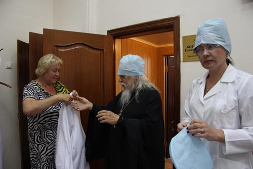 После беседы с директором Центра Еленой Богородской епископ Пантелеимон идет в домовый храм Центра, находящийся в одном из отделений (Справа директор Центра борьбы с туберкулезом Елена Богородская) справа