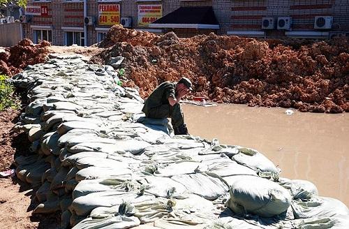 В Хабаровском крае строят дамбы, пытаясь противостоять стихийному бедствию. Фото: Вячеслав Реутов / РИА Новости