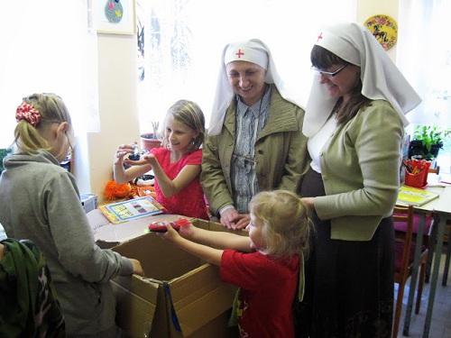 Сестры Сестричества святой царственной мученницы Александры Федоровны передают игрушки в детскую больницу Архангельска