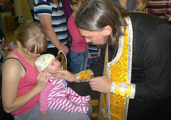 Настоятель Покровского храма Хабаровской епархии иерей Стефан Нохрин посетил пострадавших, размещенных в детском оздоровительном лагере им. Олега Кошевого