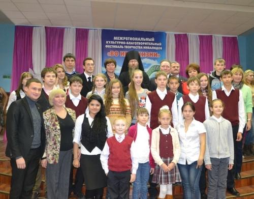 Епископ Алатырский и Порецкий Феодор с участниками фестиваля