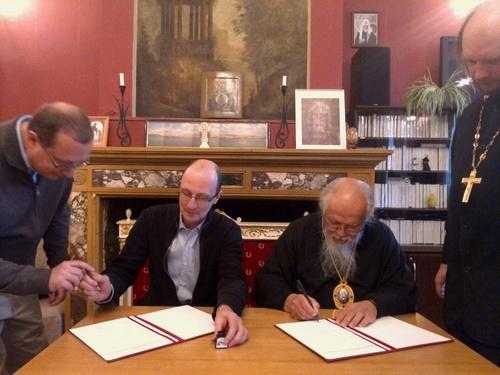 Епископ Орехово-Зуевский Пантелеимон и Роман Златкин подписывают договор о сотрудничестве в Голицинском кабинете Первой Градской больницы