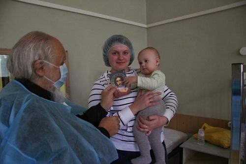 Председатель Синодального отдела по благотворительности епископ Орехово-Зуевский в детском отделении клиники №2