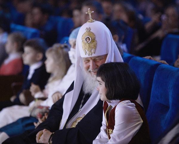Патриарх Кирилл с 9-летней воспитанницей Свято-Димитриевского детского дома Милой Щелоковой в зале Государственного Кремлевского дворца