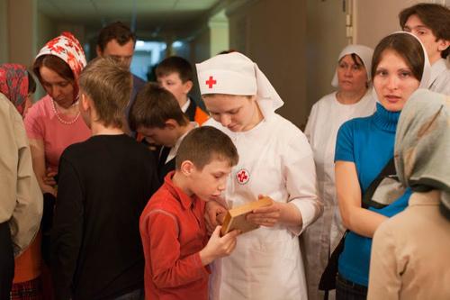 Сестры милосердия и добровольцы с воспитанниками московского детского дома-интерната №15