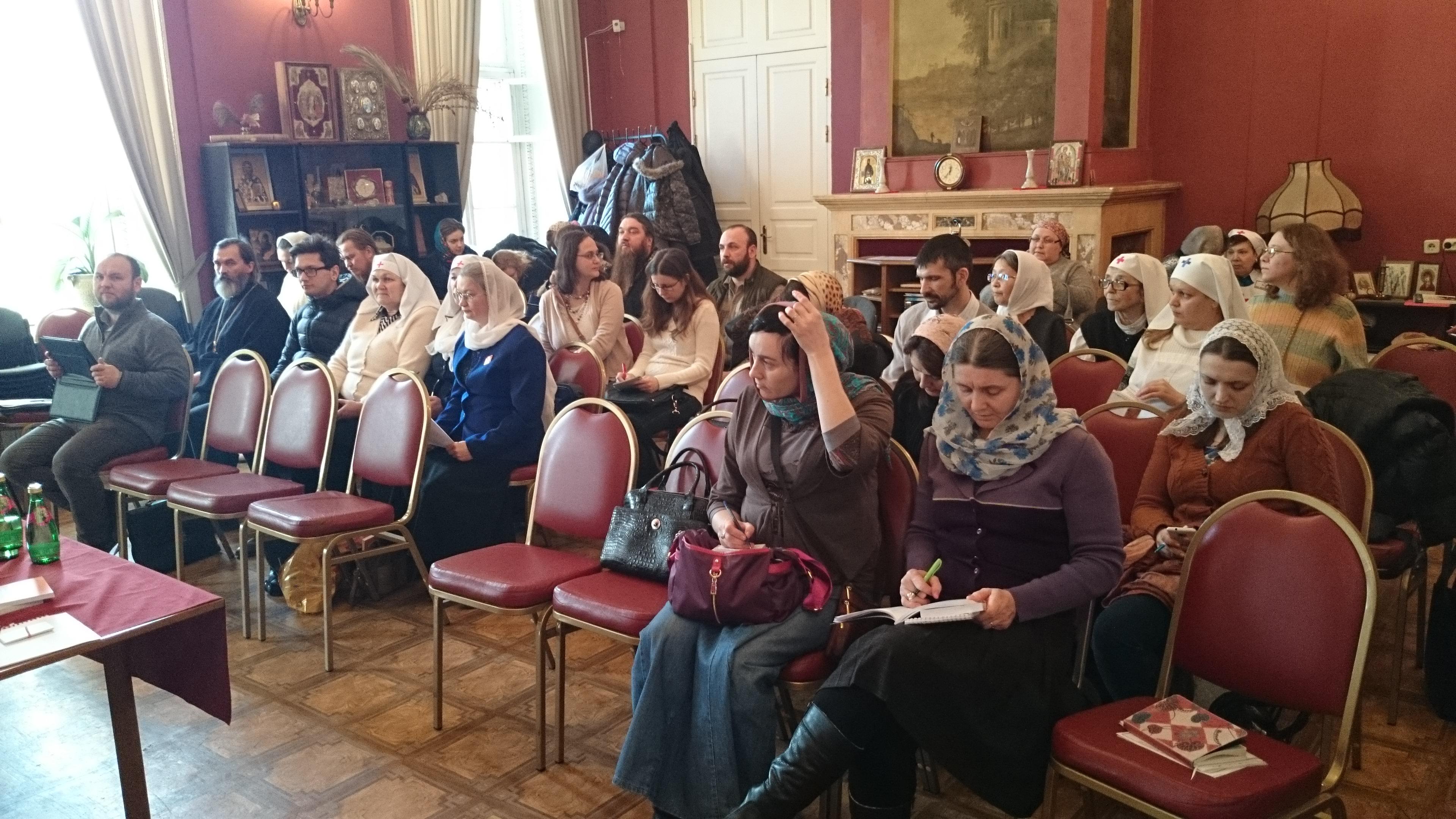 Участники секции помощи бездомным в Голицынском кабинете храма царевича Димитрия при 1-й Градской больнице Москвы