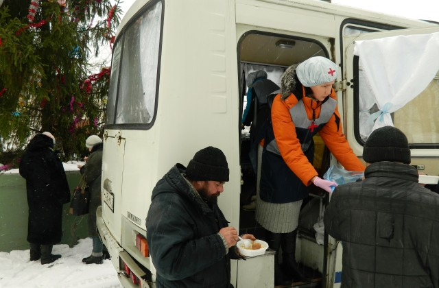 Сестры милосердия раздают бездомным горячую еду в Ижевске