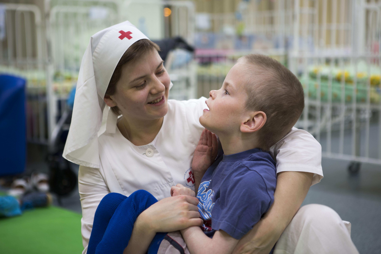 «Ежедневная помощь наших сестер милосердия в самом тяжелом отделении московского интерната привела к тому, что 19 детей из 21 научились сидеть, а некоторые - даже ходить. Этот опыт показывает, что жизнь большинства инвалидов можно кардинально изменить в лучшую сторону», - подчеркивает епископ Пантелеимон
