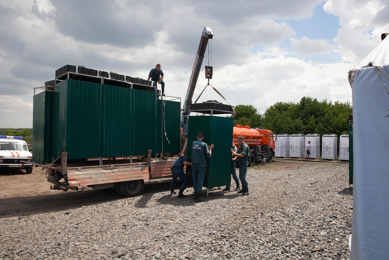 В палаточный лагерь МЧС около города Новошахтинск были доставлены 10 мобильных душевых кабин