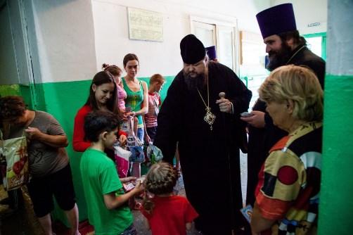 Епископ Волгодонский и Сальский Корнилий навещает беженцев в пункте временного размещения г.Зернограда