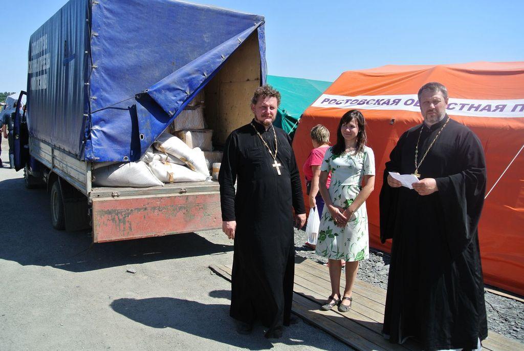 В Шахтинской епархии собрано для беженцев более 30 тонн продуктов питания и средств личной гигиены, более 18 тысяч предметов одежды и более 3000 комплектов постельного белья