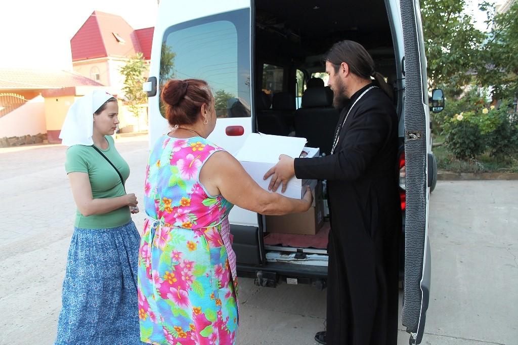 Передача гуманитарной помощи в поселке Новофедоровка