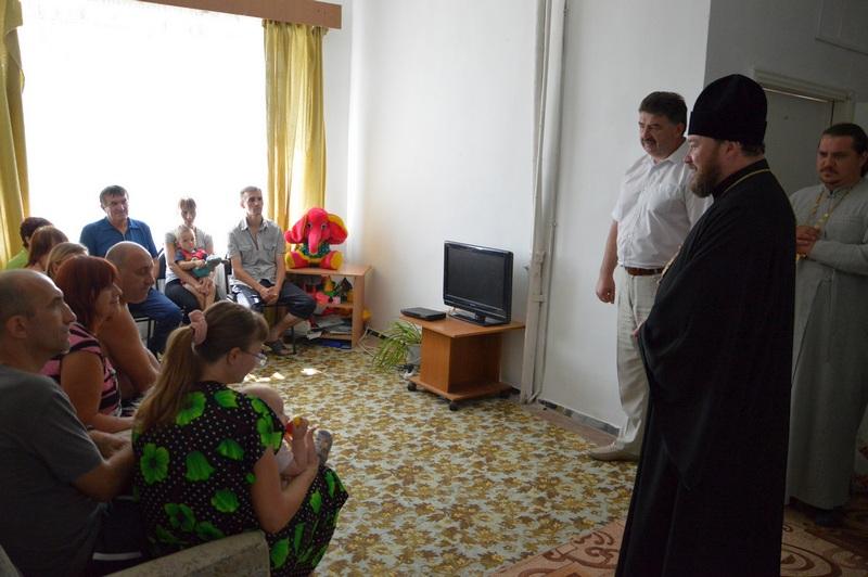 Епископ Софроний беседует с беженцами в пункте временного размещения