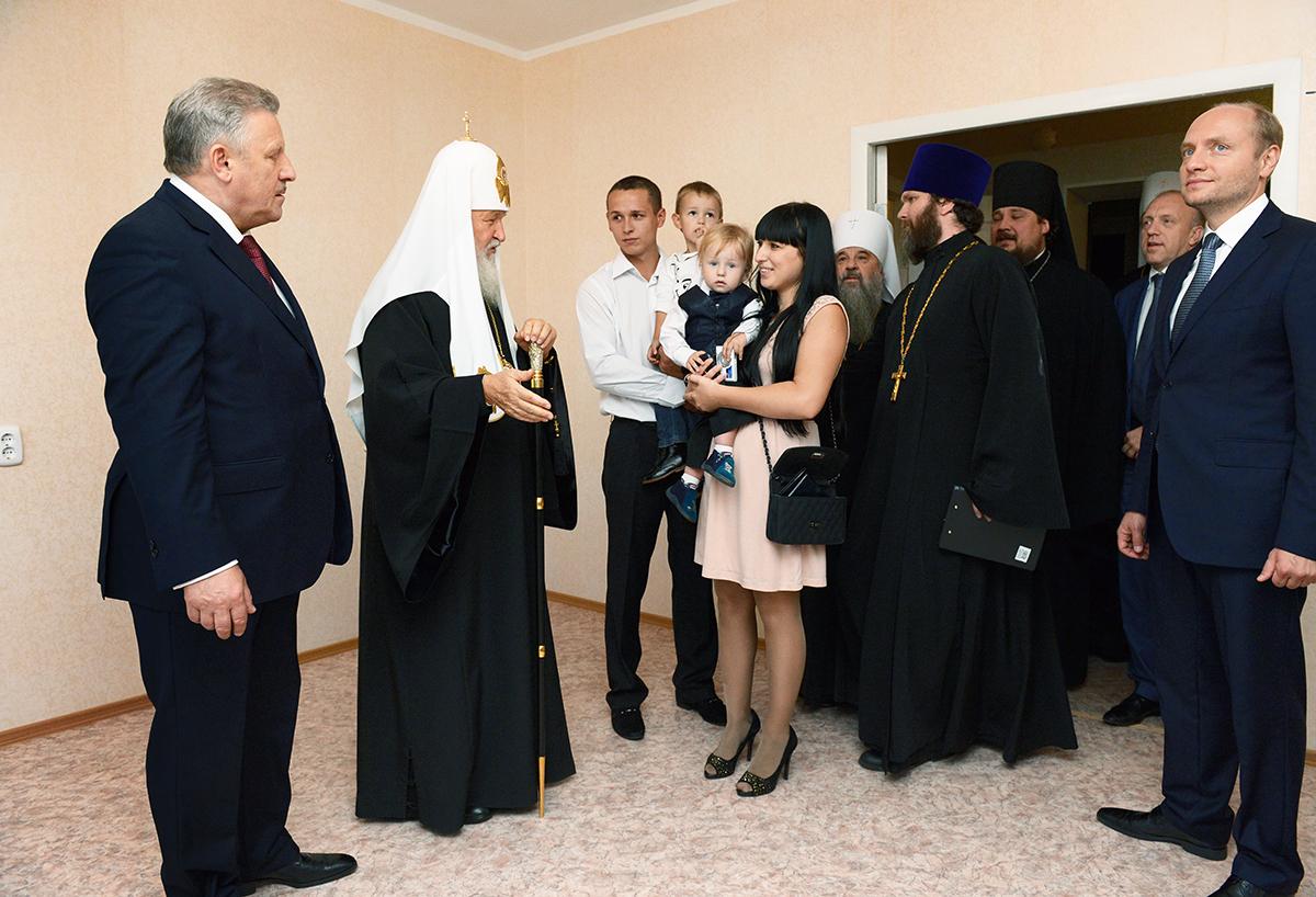 Предстоятель Церкви вручил ключи от новых квартир пострадавшим от наводнения в Хабаровске