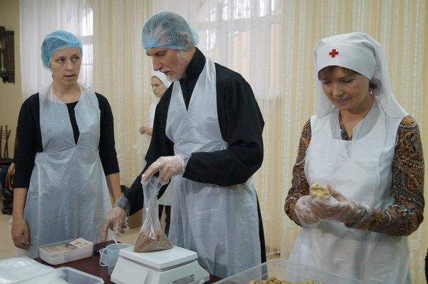 В первой фасовке обедов принял участие митрополит Хабаровский и Приамурский Игнатий