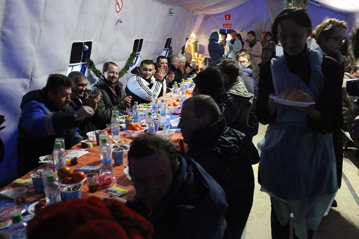Рождественскую елку для бездомных провели в московском «Ангаре спасения»