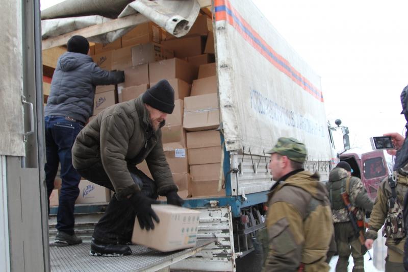 Машина с Рождественскими подарками и теплыми вещами прибыла в г. Снежное Донецкой области, а еще две машины с продуктами питания – в Ровеньковскую епархию в Луганской области