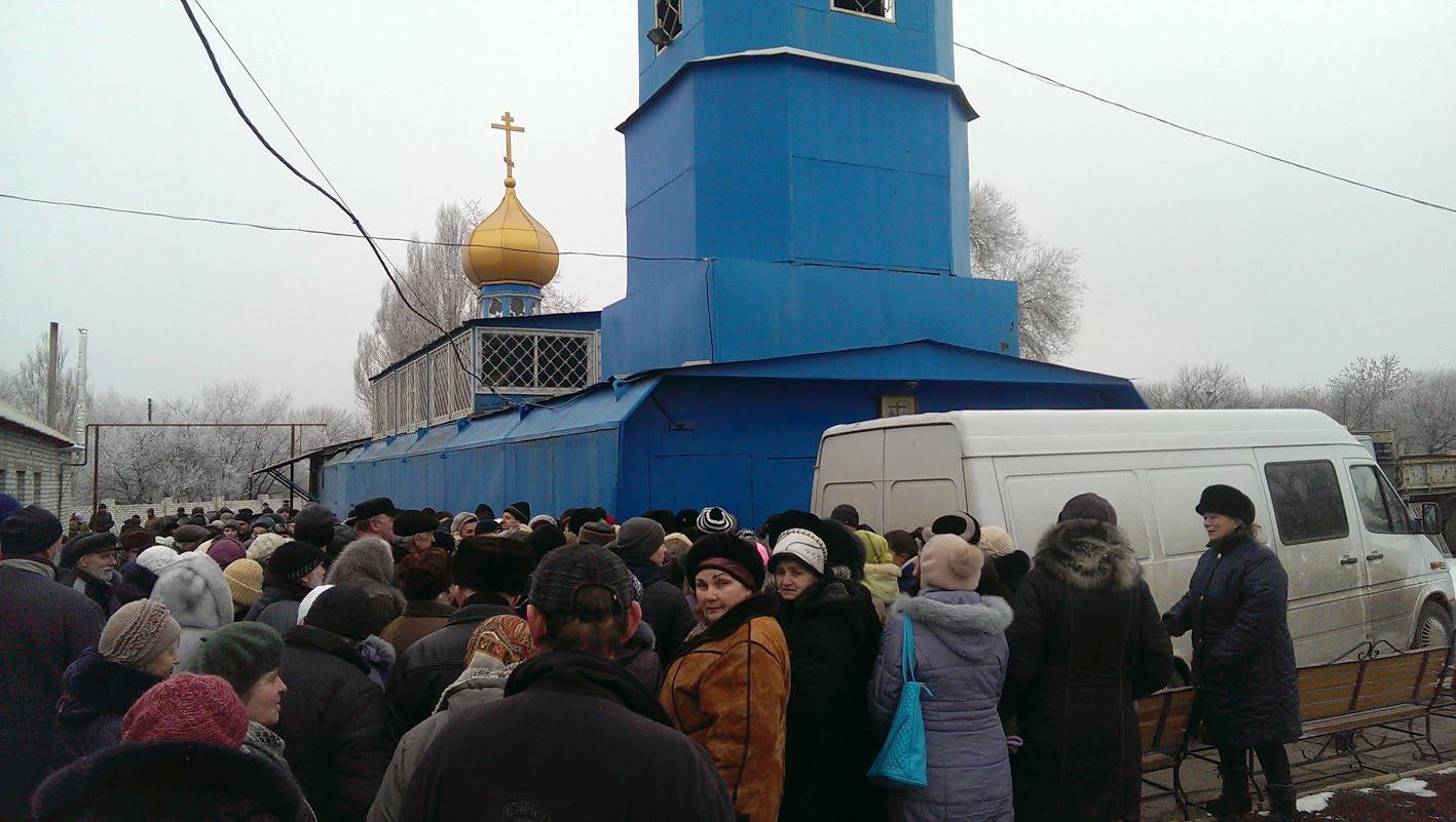Только за один день в поселке Юбилейный пригорода Луганска раздали около 650 продуктовых наборов