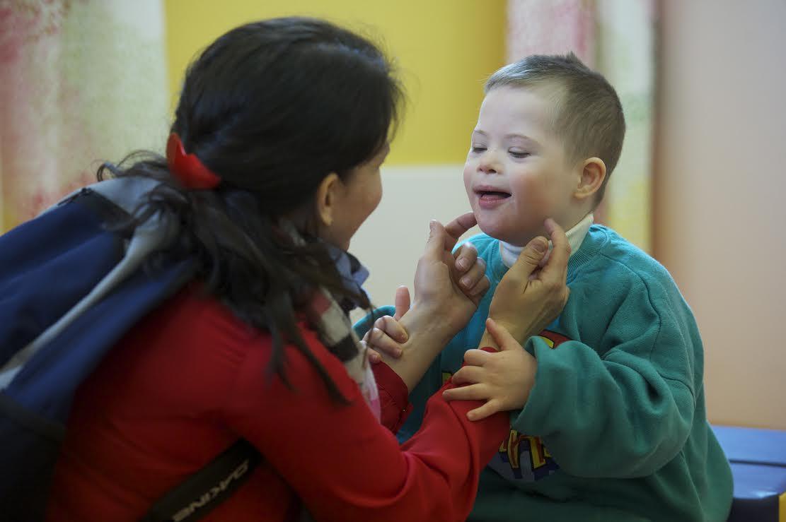 В новом детском доме каждый воспитатель будет заниматься примерно с 7 детьми, в отличие от государственных домов-интернатов, где на одного воспитателя приходится 20 детей