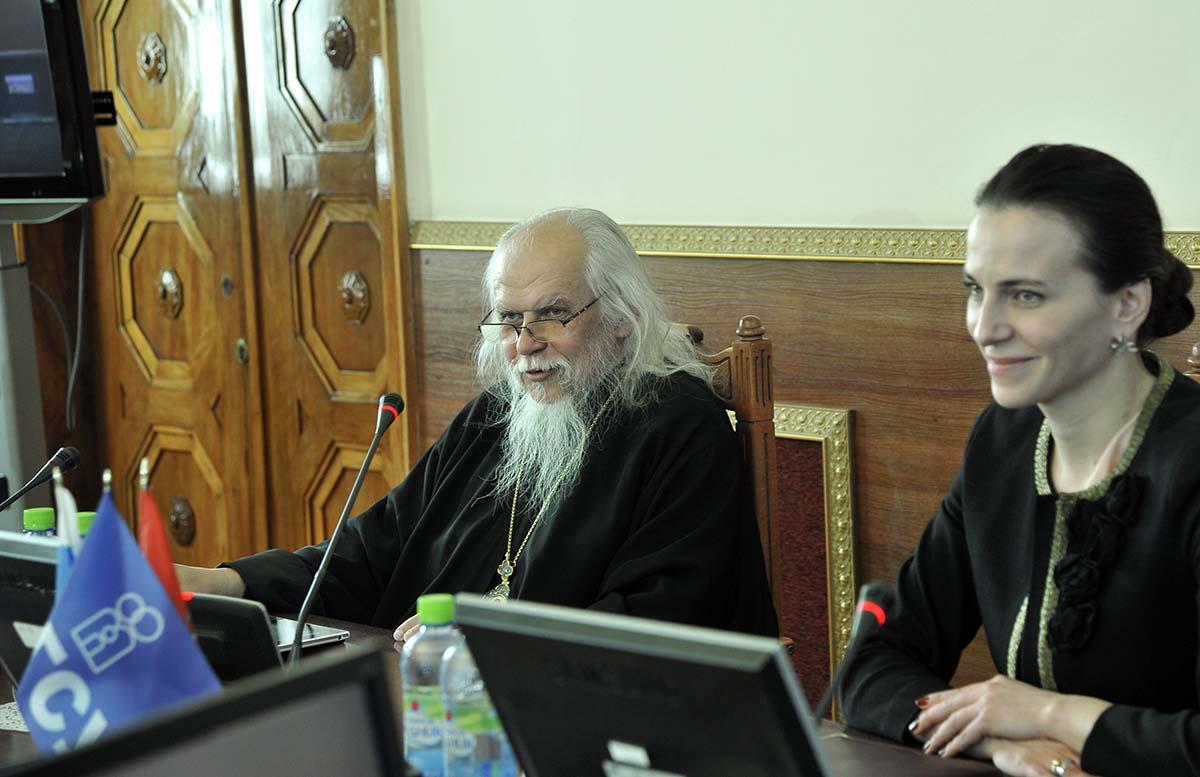 Председатель Синодального отдела по благотворительности епископ Орехово-Зуевский Пантелеимон и ректор РГСУ Наталья Починок