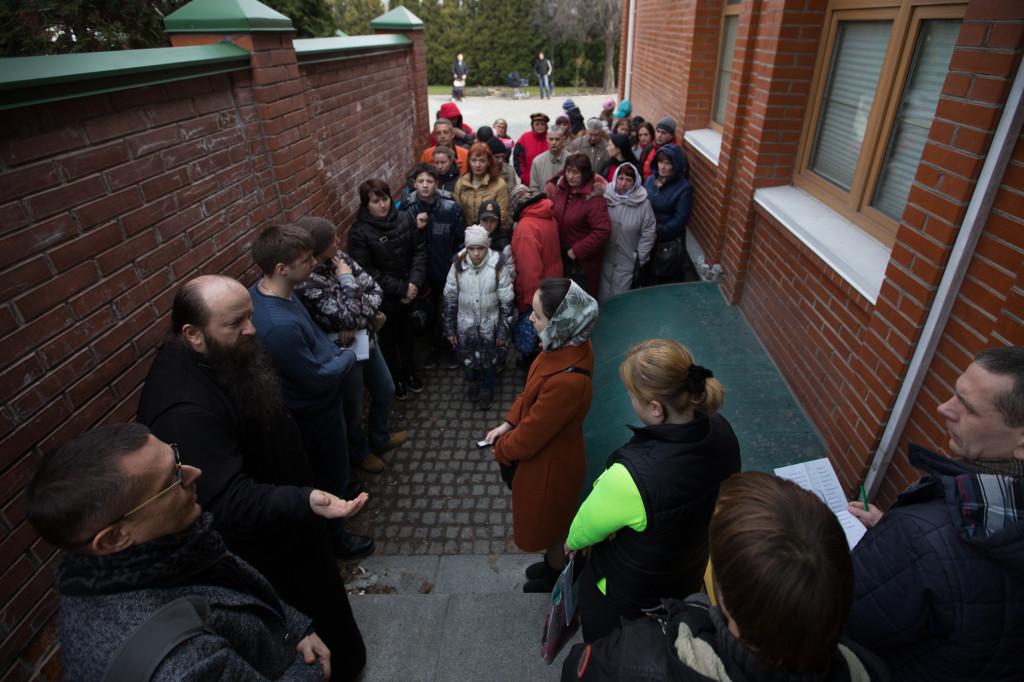 Раздача продуктовых наборов беженцам со склада Центра гуманитарной помощи в Киево-Печерской Лавре. Киев, 21 марта 2015