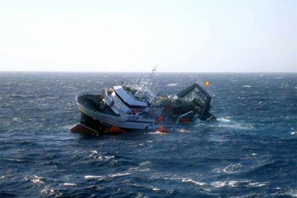 Священники Магаданской епархии оказывают помощь членам экипажа затонувшего траулера «Дальний Восток»