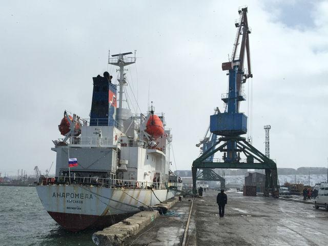 Судно «Андромеда» доставило спасенных моряков и тела утонувших в порт Корсакова