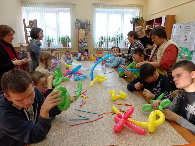 Православные волонтеры занимаются с воспитанниками Сергиево-Посадского детского дома для слепоглухих