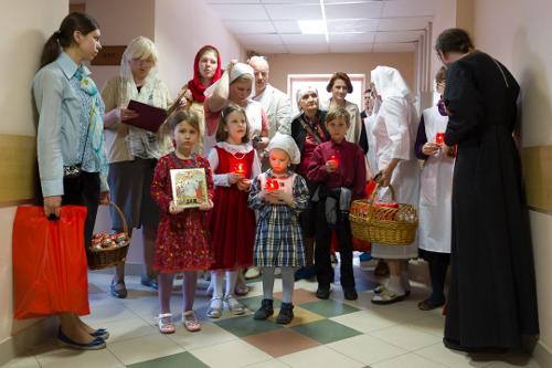 """Пасхальные подарки от """"Милосердия"""" получают пациенты Российской детской клинической больницы"""