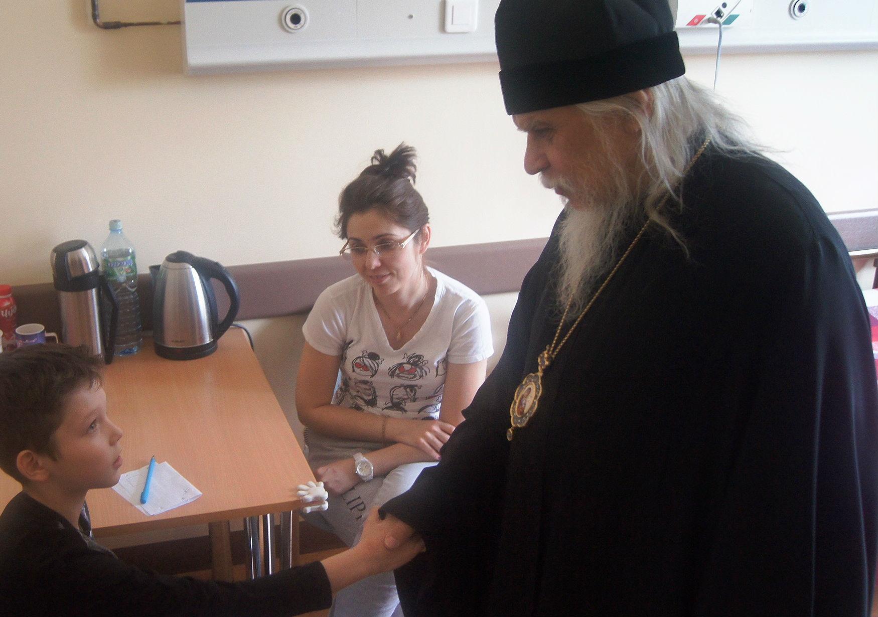 Епископ Пантелеимон приветствует юного пациента Илью
