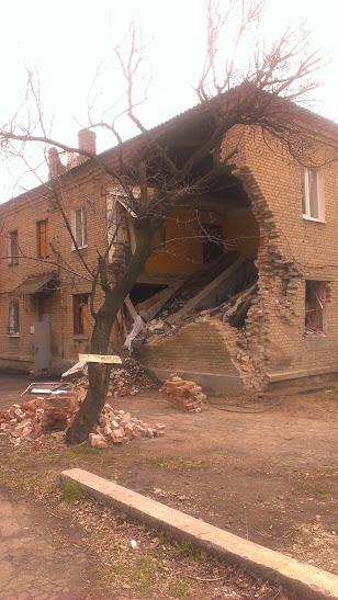 Многие жилые дома в Донецке повреждены в результате обстрелов