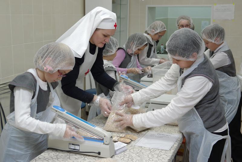 На первой фасовке 7 мая добровольцы расфасовали примерно 3 тысячи порций обедов