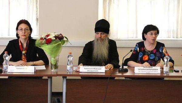 На фото (слева направо): Юлия Шевцова, епископ Каменский и Алапаевский Мефодий, Татьяна Зальцман