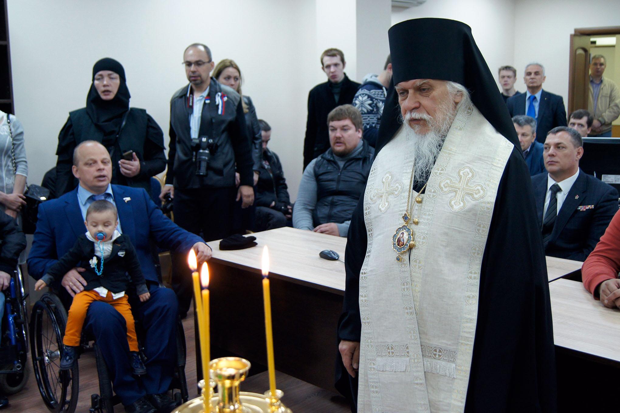Епископ Пантелеимон совершает молебен.