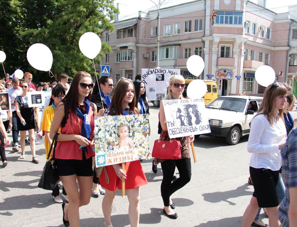 Студенты высших и средних учебных заведений города Каменск-Шахтинский приняли участие в ежегодной противоабортной акции «За Жизнь!», приуроченной ко Дню защиты детей