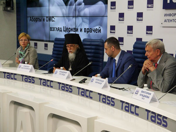 Слева направо: Алена Бабенко, епископ Пантелеимон, Владимир Легойда, Александр Баранов