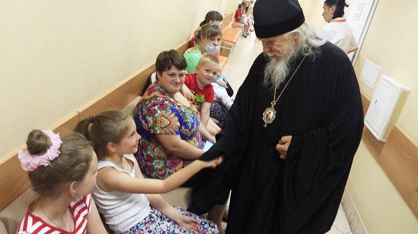 Епископ Пантелеимон навестил пациентов Научного центра здоровья детей
