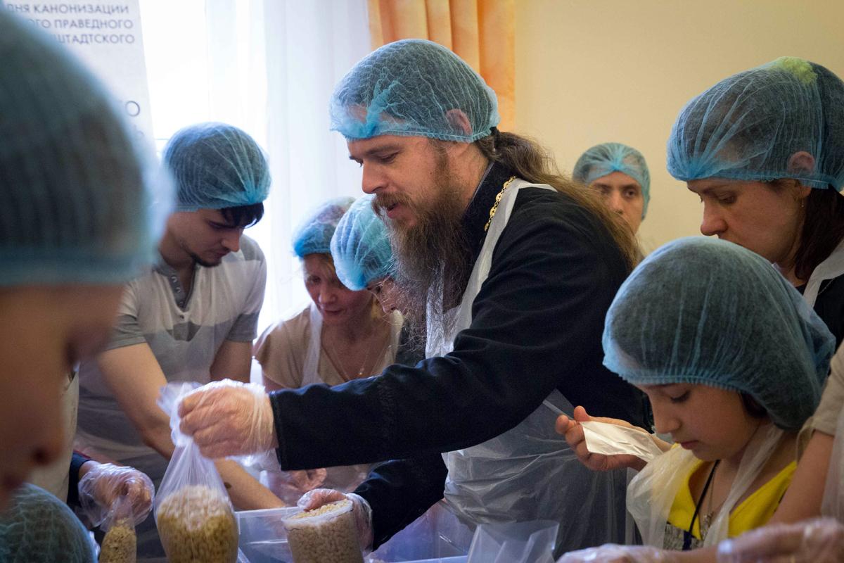 Все волонтеры, участвующие в фасовке «Народных обедов», работают в полиэтиленовых перчатках, передниках и шапочках