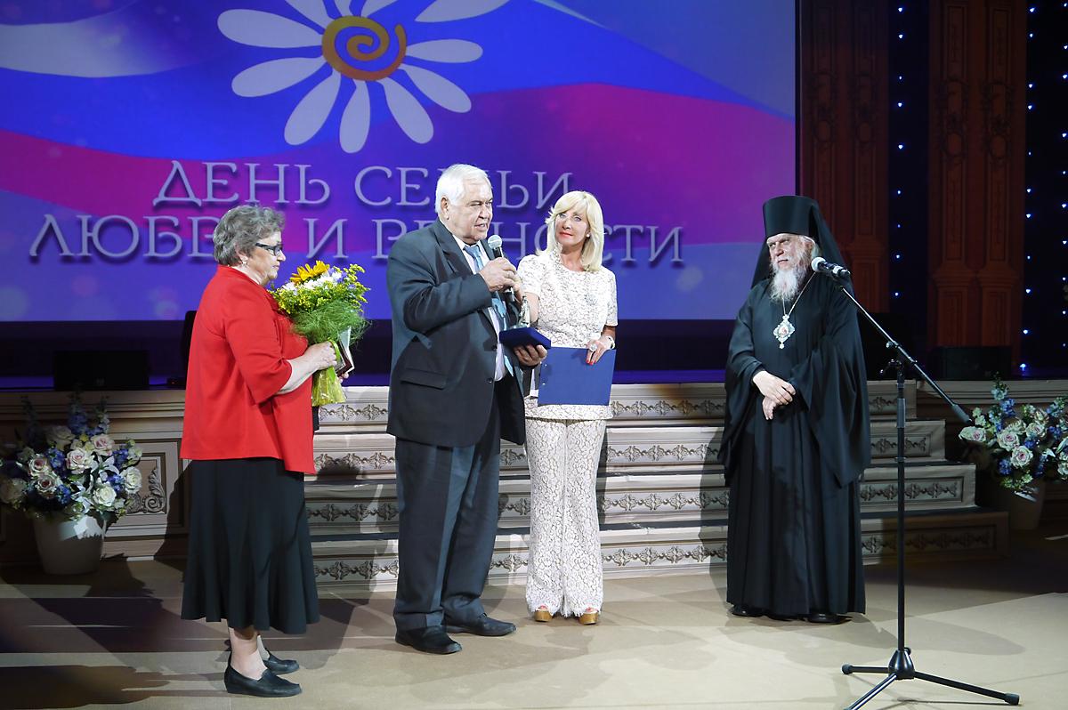 Епископ Пантелеимон вручил памятную медаль семье Щеголевых, которые прожили в браке 50 лет. Торжественную церемонию вела журналист и общественный деятель Оксана Пушкина