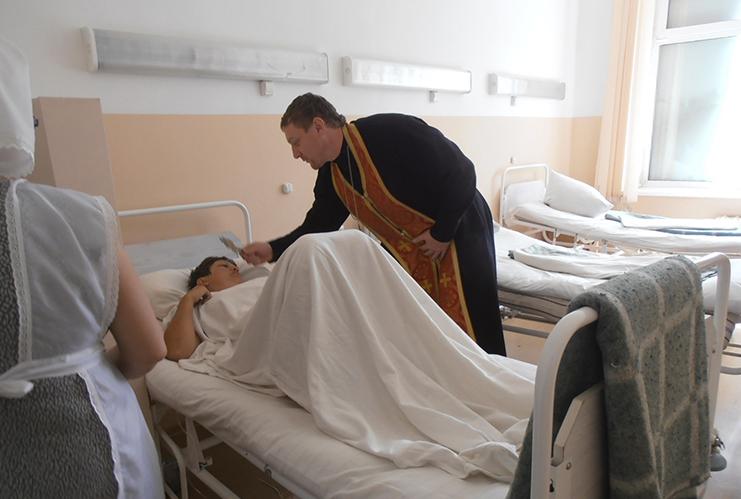 Пострадавших навестили клирик Казанского собора города Ачинска протоиерей Дионисий Колмаков и сестры милосердия