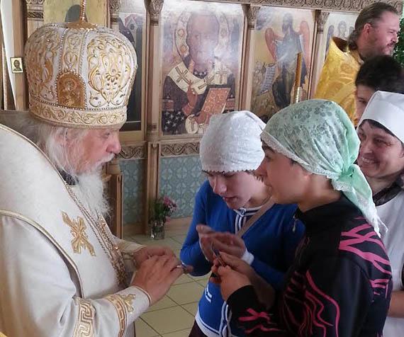 Духовник службы «Милосердие» епископ Пантелеимон с подопечными детского дома интерната «Южное Бутово»