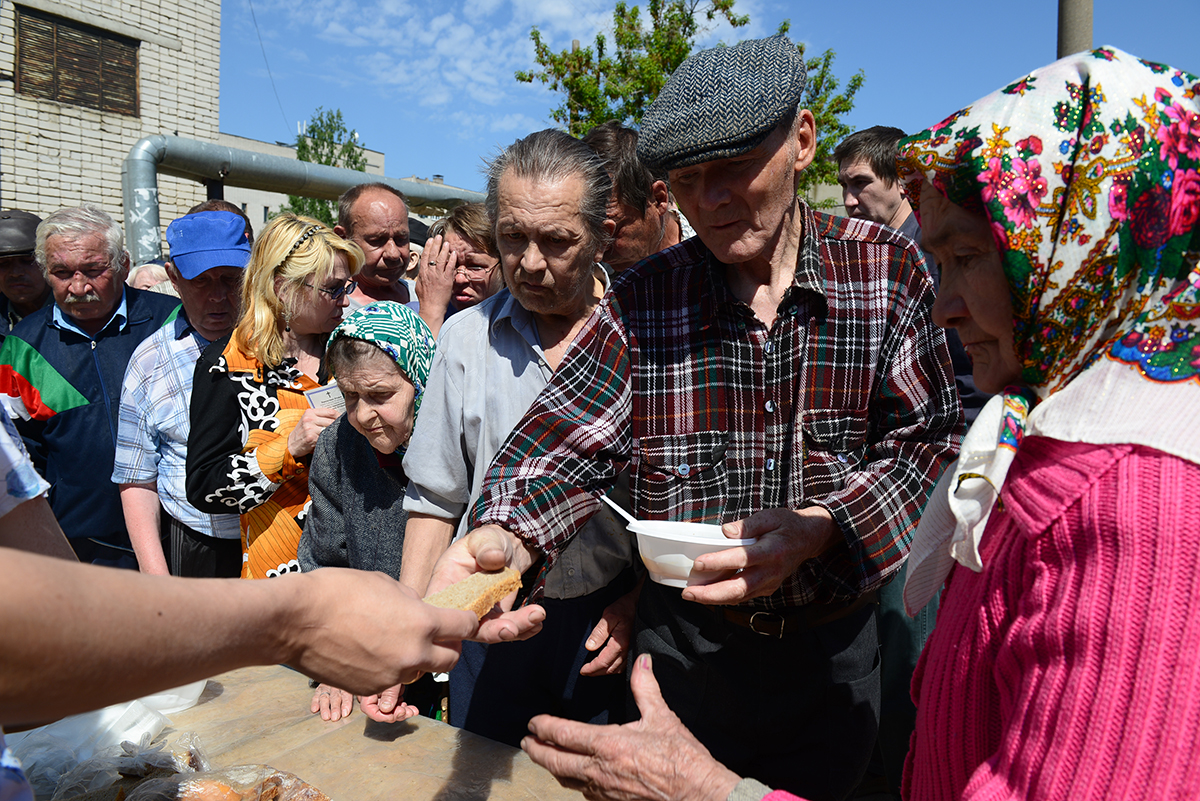 Вместе с бездомными за горячими обедами приходят малоимущие и пенсионеры: около 60-80 человек, а в холодное время года – еще больше