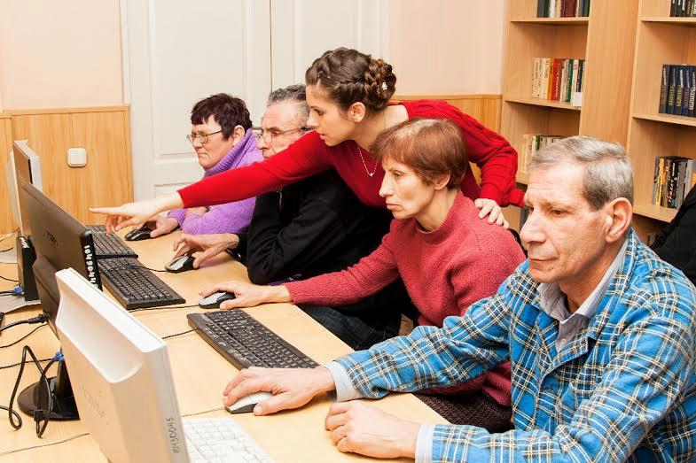 Для тех, кто не может работать, при Центре организовано обучение компьютерной грамотности